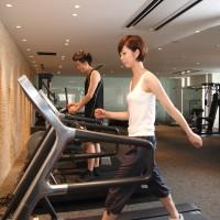 ジムで有酸素運動をする女性